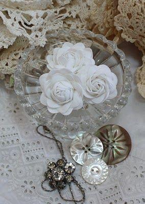 http://wildrosevintage.blogspot.com/2011/02/crochet-flowers-and-rick-rack-roses.html