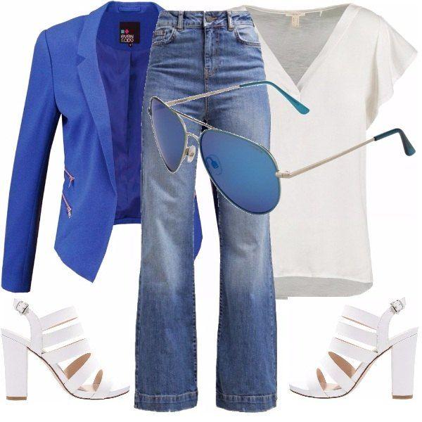 Un look ideato per una donna a forma di pera da inserire nel guardaroba base primavera/estate, l'outfit è composto da una t-shirt con maniche ad aletta in colore chiaro, un jeans a zampa, un blazer azzurro, sandali bianchi e occhiali da sole.