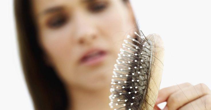 Tratamiento de melatonina para el cuero cabelludo. La pérdida de cabello o alopecia, es resultado del envejecimiento, genética, enfermedades de la piel y medicamentos. Los hombres son más propensos a la pérdida de cabello, pero las mujeres también se ven afectadas. El cabello crece en la dermis, que es una capa debajo de la epidermis, o capa externa de la piel. Se pierde cuando no hay suficientes ...