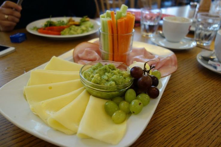ham and cheese with vegetables and guacamole | photo credit: robert | http://www.diefruehstueckerinnen.at