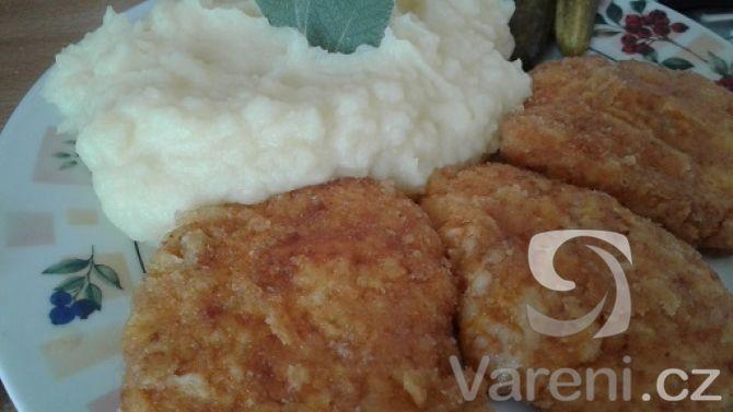 Levný a amatérský recept na chutné sýrové skoro řízky s bramborovou přílohou.