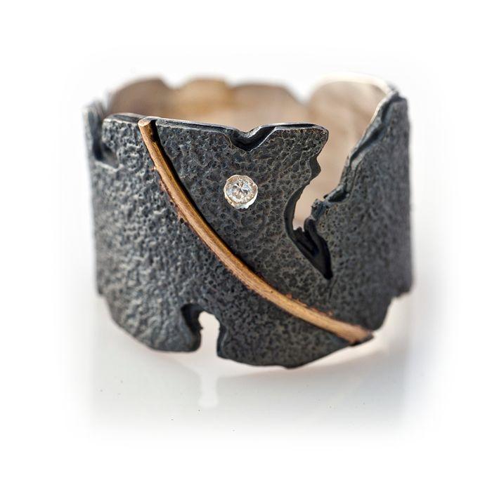 Elisenda de Haro. Joyería contemporánea   Collection: Meander bright ring, silver, gold and shiny