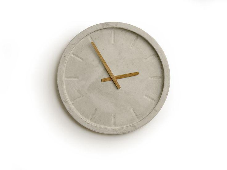 Minimalistisches Design trifft bei dieser Wanduhr auf puristisches Material. Die Uhr wird aus Beton gegossen und ist in ihrer Erscheinung an das klassische Design der Bahnhofsuhr angelehnt.