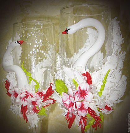 Свадебные аксессуары ручной работы. Ярмарка Мастеров - ручная работа. Купить Бокалы на свадьбу с лепкой из полимерной глины Лебеди и Красные Цветы. Handmade.
