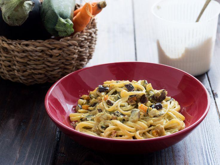 Deliziosi spaghetti cremosi con verdure senza panna, ma utilizzando la ricotta, arricchiti dal tocco profumato della curcuma.