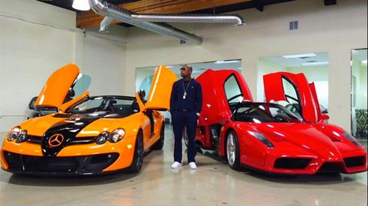 Floyd Mayweather mostra sua coleção de carros Bugatti Veyrons Caso não tenha visto direito, aqui estão de novo as Bugatti Veyron Revendedora de carros Aqui o boxeador aparece indeciso entre uma McLaren SLR ou uma Ferrari Enzo