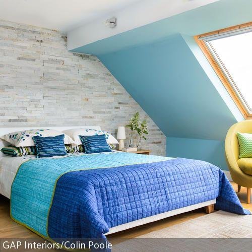 Der gelbe Sessel setzt sich als farbkräftiger Blickfang vom himmelbauen Schlafzimmer ab. Unter den großen Fenstern lädt er zur gemütlichen Lesestunde in der …