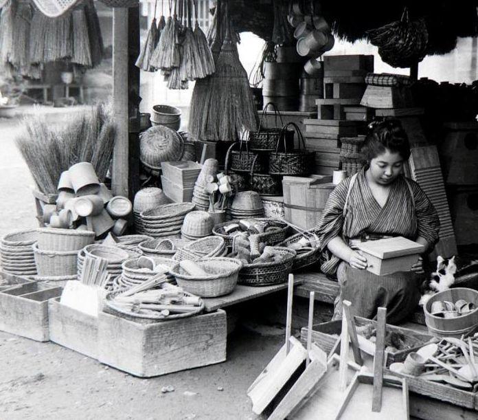 雑貨商. Home goods shop. Old Japan