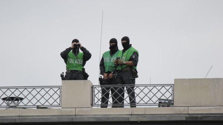 Die deutsche Polizei hat in der Uckermark (Brandenburg) einen 17 Jahre alten syrischen Terrorverdächtigen festgenommen, der einen Selbstmordanschlag in Berlin geplant haben soll. Dies teilte Landesinnenminister Karl-Heinz Schröter am Dienstag in Potsdam mit.