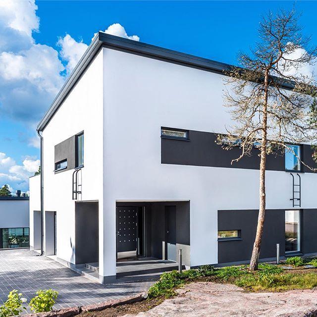 Lammi-Kivitalon moderni ilme. Ota yhteyttä lähimpään myyjäämme ja aloita oman talosi suunnittelu nyt! www.lammi-kivitalot.fi #lammikivitalot #koti #omakotitalo #arkkitehtuuri #lammikivitalot