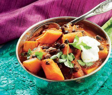 En mustig vegetarisk gryta som blir fint orange i färgen av morot, pumpa och sötpotatis. Den här sortens gryta serveras ofta i Portugal, liksom i Goa, som ett arv från kolonierna i Brasilien och Afrika. Svarta bönor är väldigt välsmakande och tillför protein, tyvärr är de lite bortglömda här i norr.