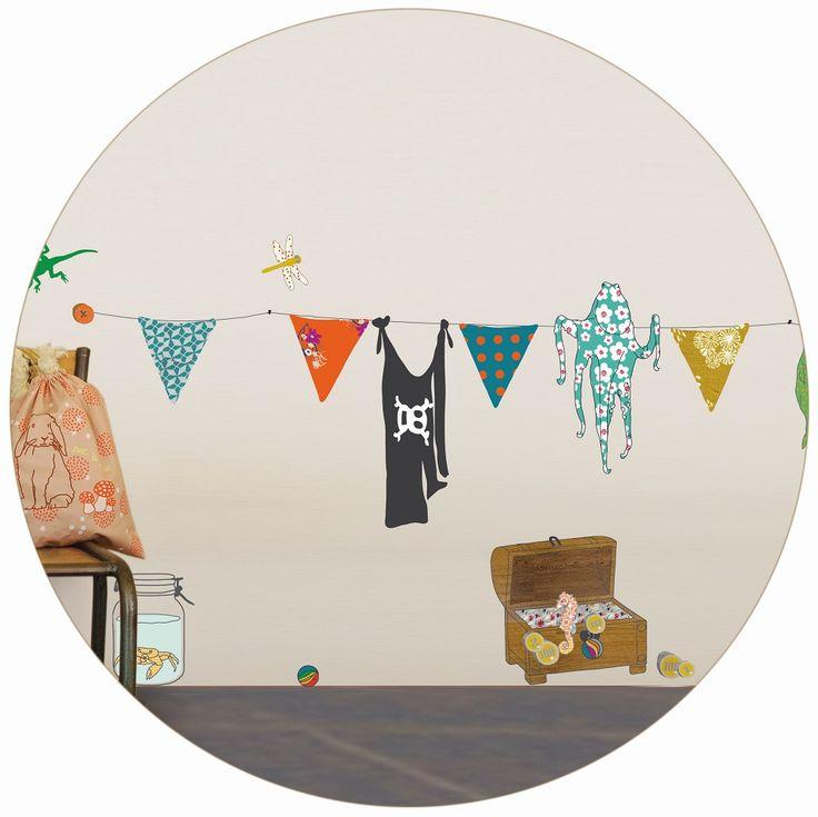 Divertidos adhesivos pirata! Los niños podrán jugar a los piratas, los elementos se pueden poner y quitar al infinito! Se pueden aplicar a todas las superficies lisas: paredes, muebles, cristales, espejos... y ¡muy fácil de quitar! Da la sensación de que se ha pintado el dibujo sobre la pared. Incluye instrucciones.