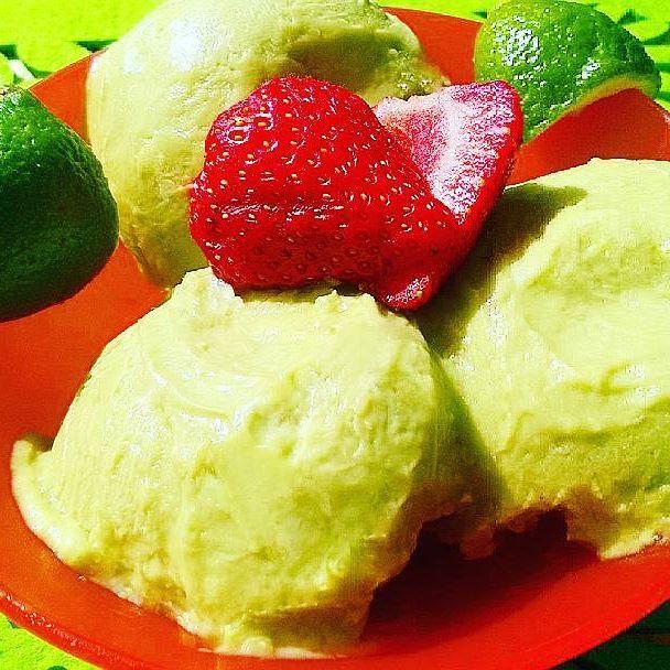 Macie ochotę na orzeźwiające lody roślinne o lekkim smaku? Połączenie awokado i limonki będzie idealne.