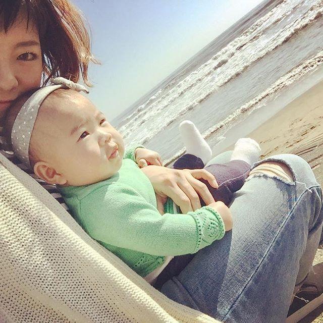 【r.atsuzawa】さんのInstagramをピンしています。 《昨日は天気も良いし暖かかったから海へ✨ 今回で連れて行くの3回目だけど、やっと穏やかな天気🏄🏾☀️ 眩しくて常時しかめっ面の娘👺 可愛く笑ってくださーい🙏🏻 #生後5ヶ月 #女の子ベビー #女の子ママ #ベビフル #いい天気 #sea #海 #サーフィン #surf #千葉  #パパとペアルック風》