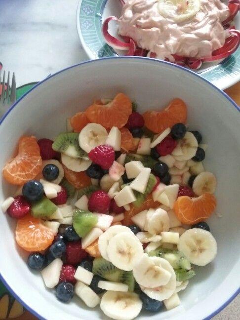 Crema di gamberi e raddichio e insalata di frutta e frutti di bosco con zucchero caramellato . Grace
