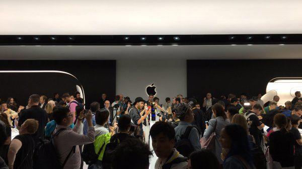 Apple potrebbe tagliare la produzione di iPhone 7 del 10 percento http://www.sapereweb.it/apple-potrebbe-tagliare-la-produzione-di-iphone-7-del-10-percento/ La domanda è poca e la catena di approvvigionamento fa le bizze: sono queste le ragioni che, secondo fonti provenienti da oriente, costringeranno Apple a tagliare la produzione dei suoi iPhone di circa il 10 percento per il primo trimestre dell'anno rispetto allo stesso periodo del 2016. L'...