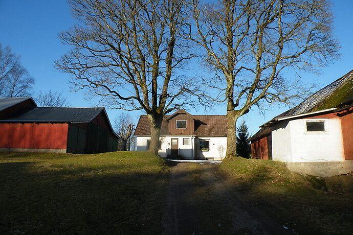 Skogsgård med en total areal om ca 33 Ha, varav 27,5 är produktiv skogsmark, Virkesinnehåll 2 800 kbm,  Bostadshus och uthusbyggnader på högt läge, renoveringsbehov.