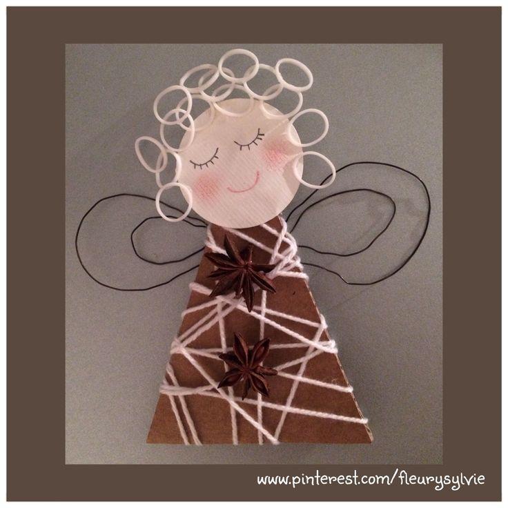 Ange bricolé avec les enfants, un triangle en carton, de la laine, du fil de fer et des Rainbow looms pour les cheveux http://pinterest.com/fleurysylvie/mes-creas-pour-les-kids/: