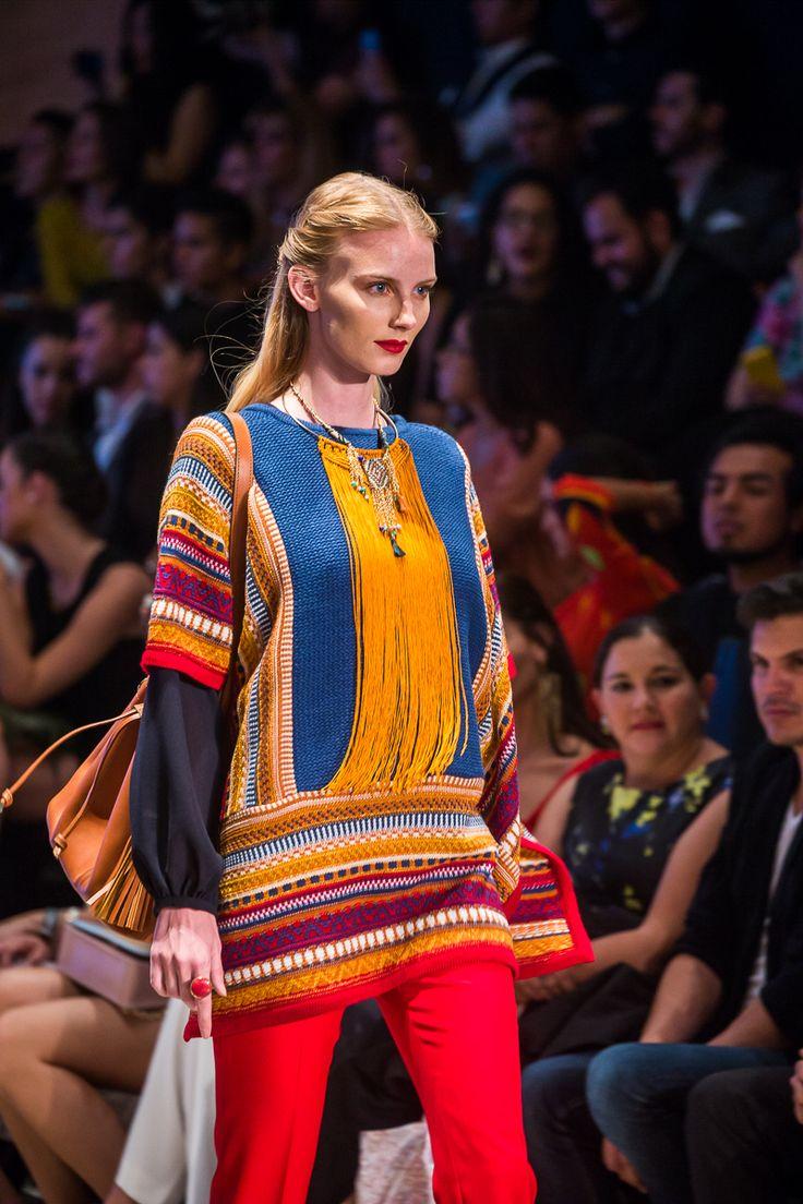 El color se vuelve temperatura y sentido de pertenecía, al igual que la caricia envolvente de las telas con sello ancestral. México palpita en la pluralidad cultural y social capturada en esta antología.