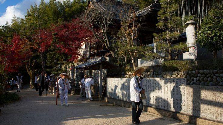 Arrivée des pèlerins devant le temple Eifuku-ji, le Temple de la Bonne Fortune. Il demeure aujourd'hui un lieu de prière pour la sécurité des gens de mer.