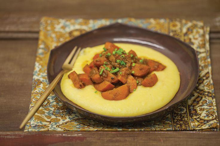 Ragu de cenoura | Receita Panelinha: Tem vegetariano por aí? Olha esse ragu de cenoura cheio de especiarias! Nossa versão de ras hel hanout, misturinha de temperos típica do Marrocos, é o segredo deste prato super aromático.