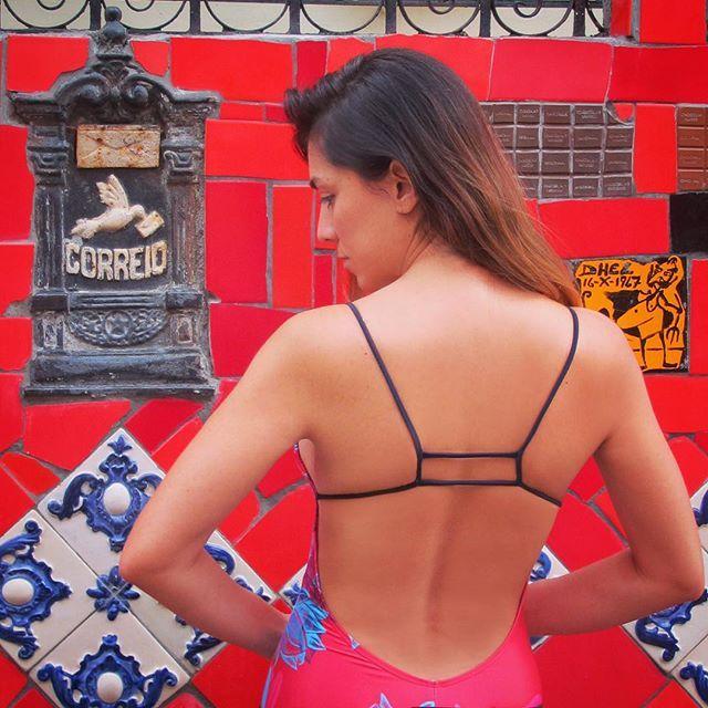 "Estrenando  mi nuevo ""Entero Ghostflowers Lava"" y encantada con las paredes intervenidas por el gran artista chileno Selarón #wanderlust #travel #swimsuit #onepiece #lavared #selaronsteps #selaron #alejaradiswimwear #colombiandesign #correio #brasil  #back #lapa #santateresa #riodejaneiro"