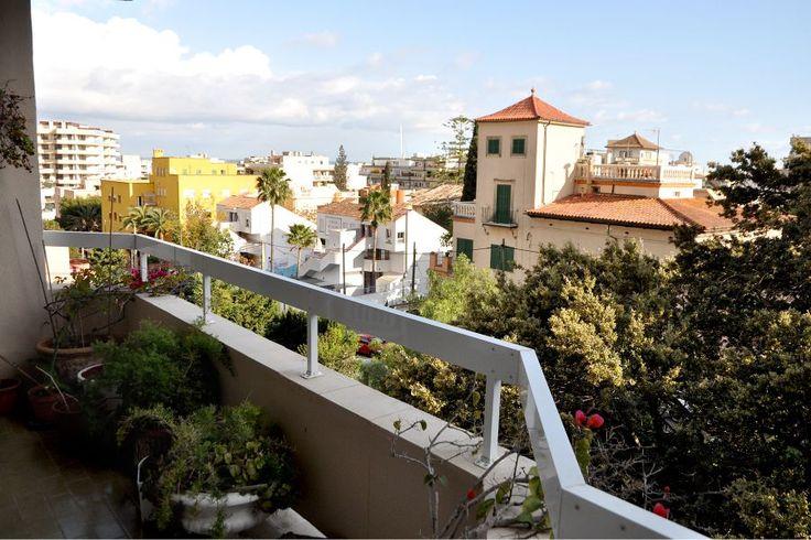 El Terreno, Palma de Mallorca: Ljus lägenhet med mycket potential i Terreno. Denna ljusa och rymliga lägenhet om cirka 110 kvm ligger i en välskött förening, nära centrala Palma och Bellverparken. Stort och trevligt vardagsrum med utgång till den sex kvm stora terrassen med fri utsikt. Det finns tre sovrum och två badrum. Den behöver renoveras men har bra potential att bli en fantastisk lägenhet till familjen.
