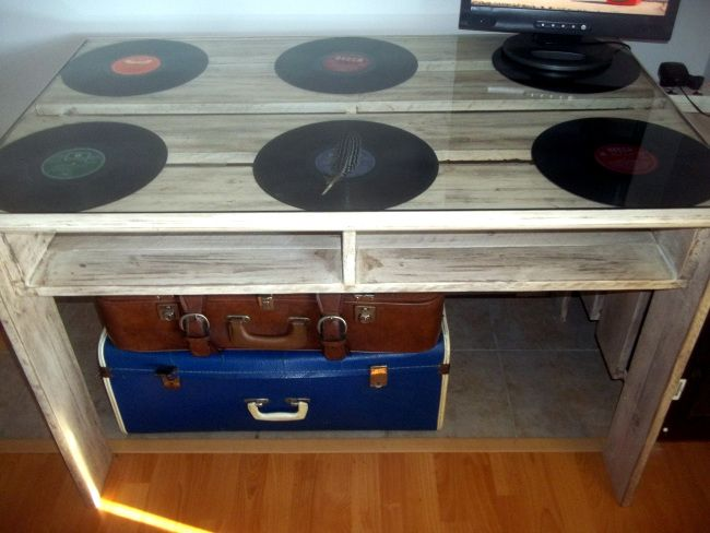 DIY desk made from pallets with elpee accents