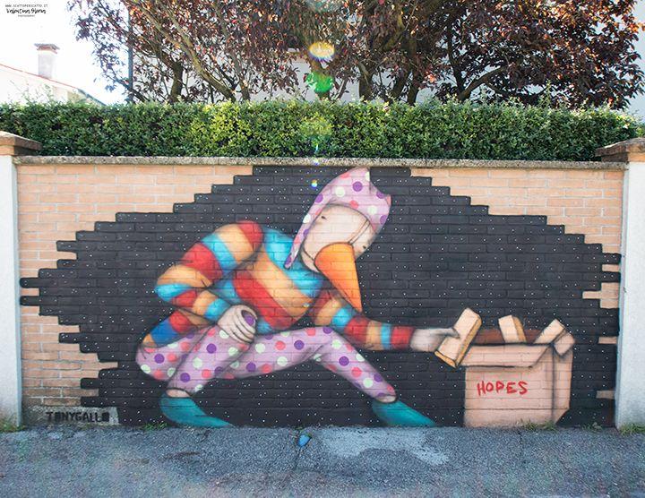 Perché mi piacciono tanto le opere di Street Art? Per il sorriso che mi riescono sempre a strappare.  Per l'emozione di cercarle e finalmente trovarle. Perché le ritengo vere e proprie opere d'arte alla portata di tutti. • È online il primo post di una serie, in cui vi porto a conoscere le più belle opere di Street Art di Padova. Nella foto, uno degli ultimi lavori di Tony Gallo.