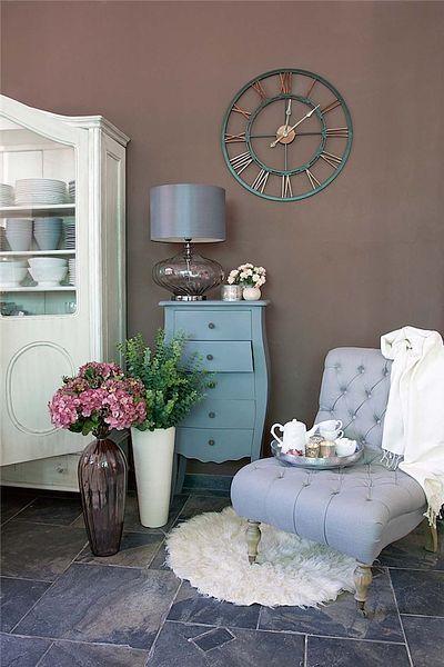 Oduševnělý, osobitý interiér s ručně vyrobeným nábytkem je velmi žádaný. Tradiční křesla, lenošky, komody a příborníky mají zase zelenou. Navozují atmosféru provensálského venkova nebo nostalgii staré Anglie.