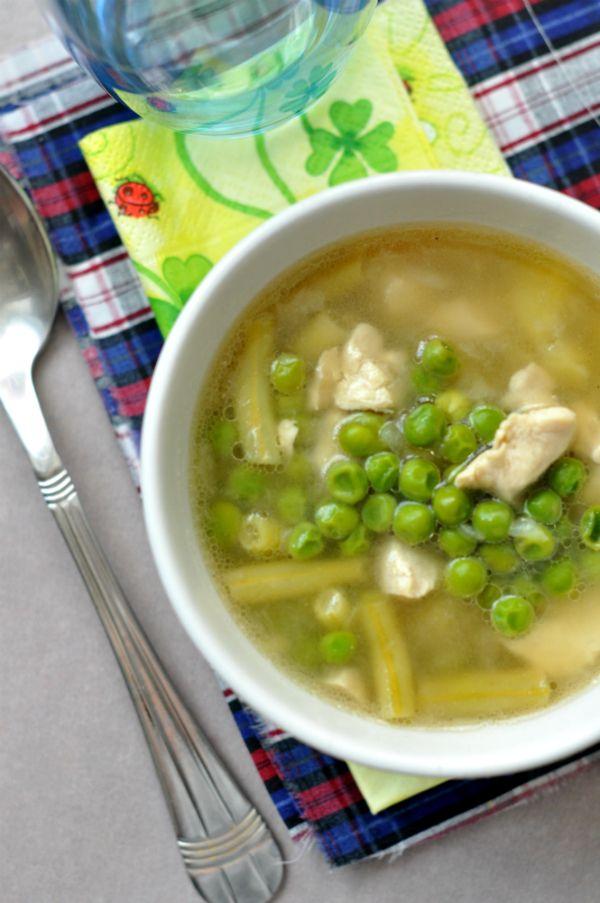 Újhagymás csirkeragu leves gluténmentes Ez a finom csirkeragu leves jó felütés az ebédhez. Húsos is, zöldséges is és jól megfér mögötte egy sós, vagy akár édes második fogás is. A tiszta ízek megőrzése érdekében most nem is sűrítettük semmivel, így is remek az ízharmónia.