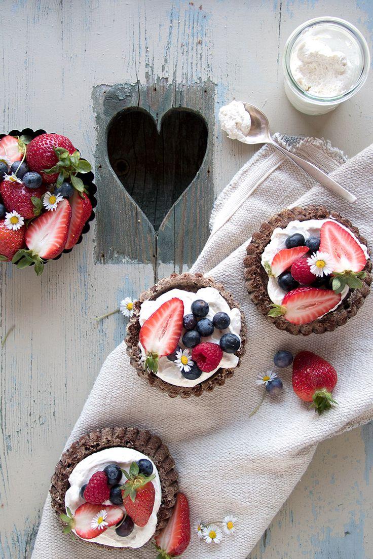Großes Muttertagsglück für die Allerbeste Mama: Schoko-Tartelettes mit Vanillecreme, Beeren und Gänseblümchen. Schoko-Tartelttes zum Muttertag.