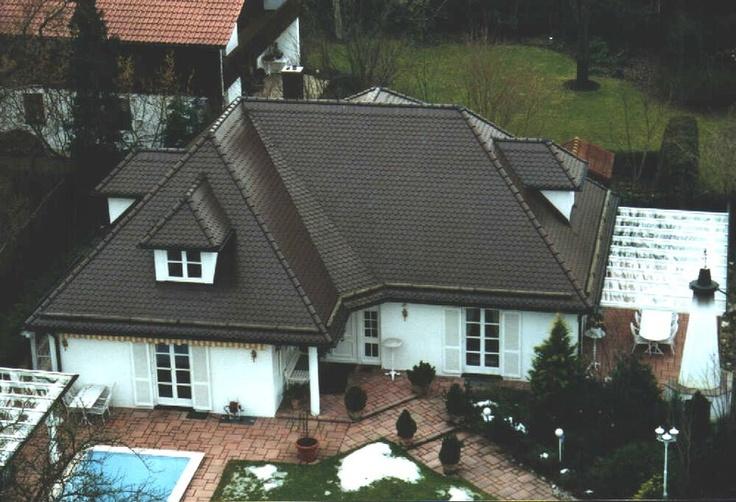 Biberschwanzeindeckung des Dachs einer Münchener Villa mit Pool und Glasdach-Terrasse. Dacharbeiten der Voitl GmbH in München (81827) | Dachdecker.com