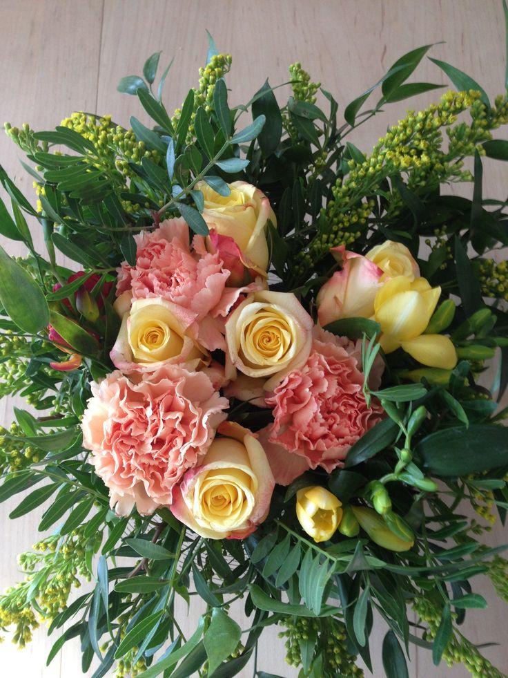 Dekorasjon med roser nelikker og grønt