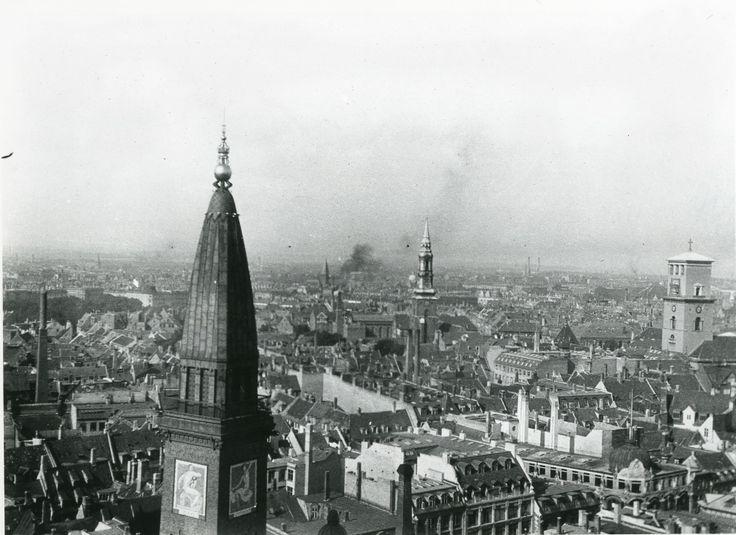 Udsigt fra Rådhustårnet, København 1916. Til højre Vor Frue Kirke. I forgrunden tårnet på Palace Hotel.