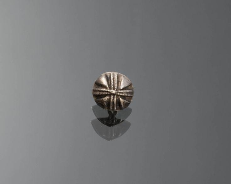 Marken. Set van twaalf knopen van tweede gehalte zilver. Vermoedelijk gemaakt te Amsterdam. De knopen hebben een 18de-eeuws model ( mogelijk eerste helft van de 18de eeuw). Dit model werd ook in andere delen van het land gedragen, soms ook als keelknopen.  #NoordHolland #Marken