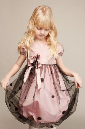Kız çocuklarının favori rengini tülllerle süsleyen bir çocuk abiyesi