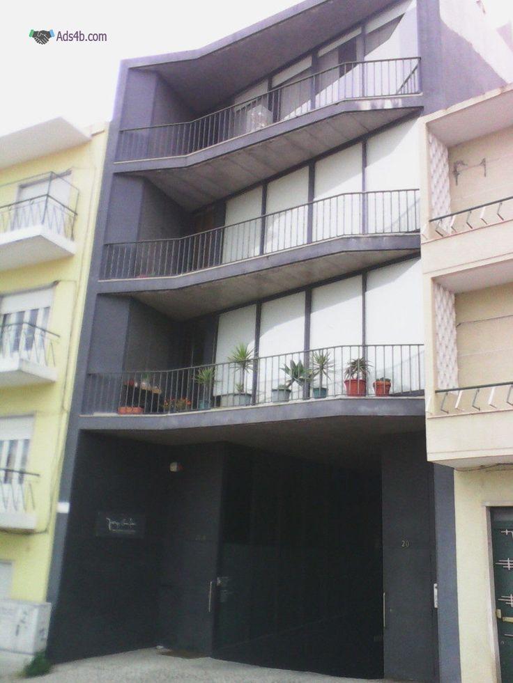 Vendo apartamento T3 semi-novo junto á Camara do Cartaxo com cozinha equipada com electrodomésticos encastrados, sala com recuperador de calor, WC comum, 3 quartos sendo 1 suite e todos equi...