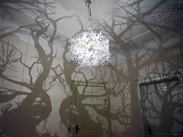 Включить свет и очутиться в волшебном лесу? Трансформация домашнего пространства способна и на это: люстра, состоящая из стеклянных завитков, при включении в темноте отбрасывает на стену не просто темное пятно тени, а настоящие деревья с разветвленными кронами и изогнутыми стволами. Готовы отправиться на прогулку по заколдованному лесу?  #жколимпийскийгородок #купитьквартиру #новостройки