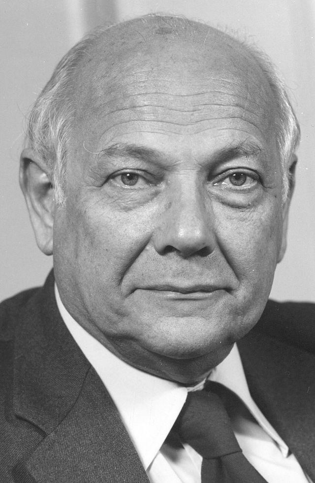 Joop Den Uijl was van 1966 tot 1986 de politiek leider van de Partij van de Arbeid en van 1973 tot 1977 minister-president van Nederland