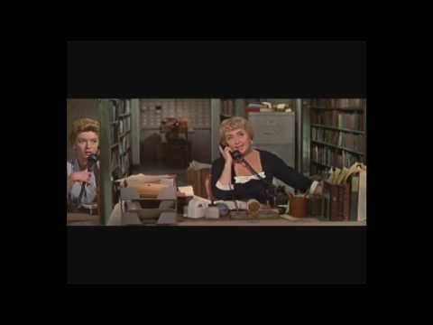 """Desk set (1957) = Su otra esposa / Walter Lang.  Richard: -- ¿Le gusta su trabajo?  Bunny: -- """"¿Bromea? ¡me encanta!, sino trabajara aquí, pagaría por entrar."""""""