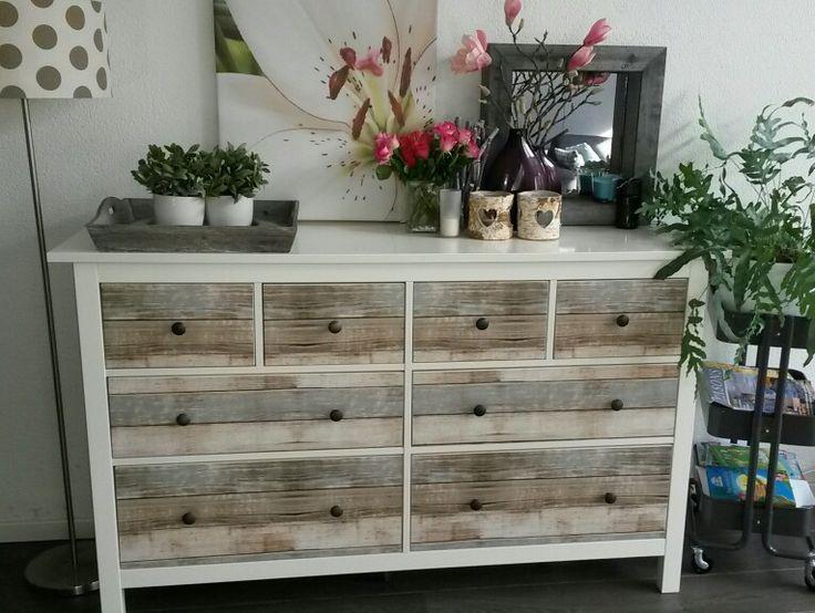 Hemnes kast van Ikea gepimt met plakfolie met steigerhout print