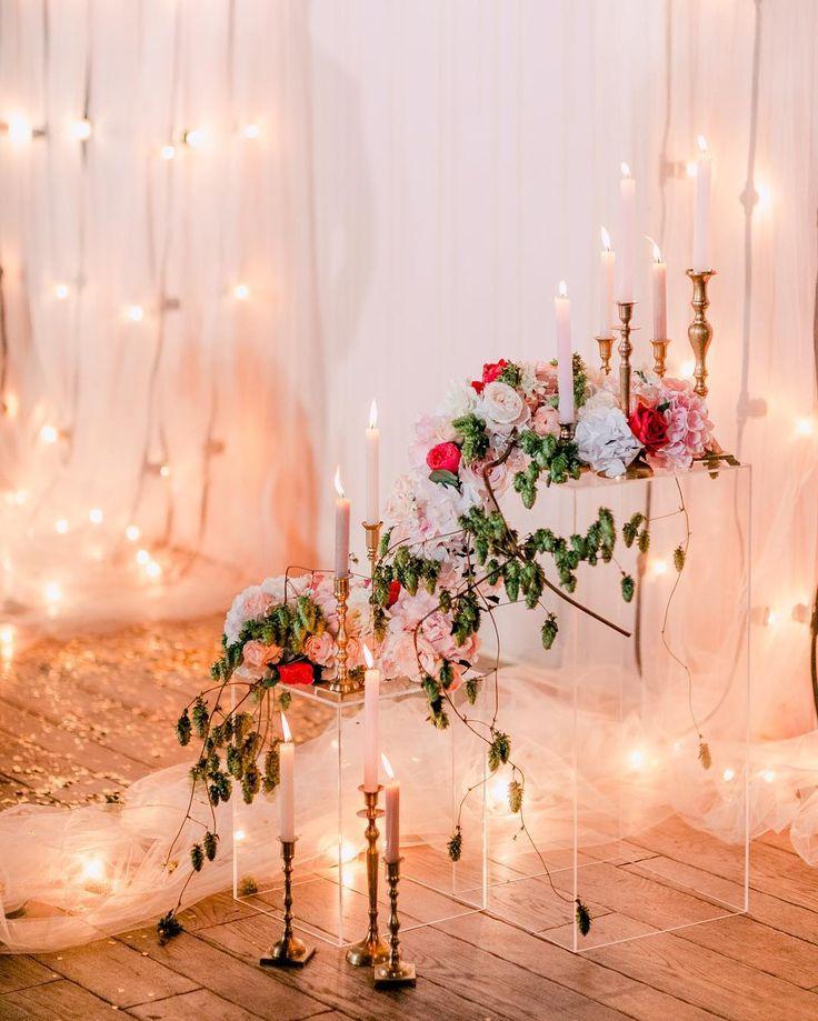 Парящая флористика, огни, свечи и россыпь золотой пыльцы на церемонии Ани и Максима. Photo @ksemenikhin Decor @lattedecor #caramelwedding
