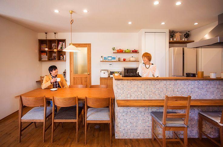 モザイクタイルが可愛い、オープンキッチン。 床のパイン材、ドア、、テーブル、造作材は、同色で仕上げました。