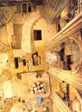 Foto genomen vanaf het plafond van het schip waarop de apsis aan de westkant van de Saksische kathedraal. Eind Saksische periode restaureerde men de westkant van de kathedraal, zoals op veel plaatsen Noord-Europa. Er werd een ruime apsis geconstrueerd. Aan de zuidkant werd een  zeshoekige trappentoren gebouwd. Aan de funderingen was te zien dat de apsis veelhoekig was aan de buitenkant. De veelhoekige buitenkant van de apsis werd afgemaakt met parement. De binnenkant was licht gerond.