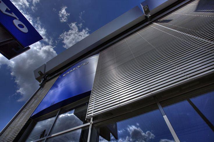 Utvendige persienner: -Deres lette, enkle konstruksjon gir moderne trekk. -De er en effektiv metode for sikring mot for stor soleksponering og bråk. -Du kan velge blant mange konstruksjonsløsninger. -Opsjonelt automatikk med mulig tilkobling til datasystemet for styring av bygningen. - Værbestandigheten garanterer at produktet kan brukes i mange år. - NYHET: S 70 med lyddemper !!