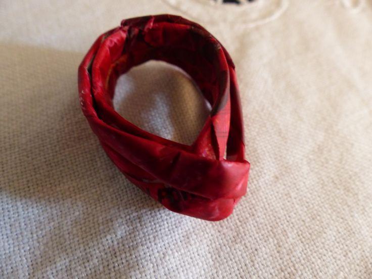 Anello fatto con cannucce di giornale e colorato con colori acrilici Carmen Benelli