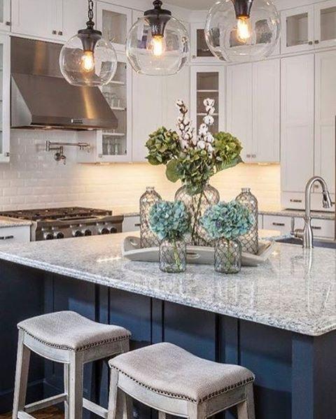 Kuchyna s ostrovcekom biela modra mramor