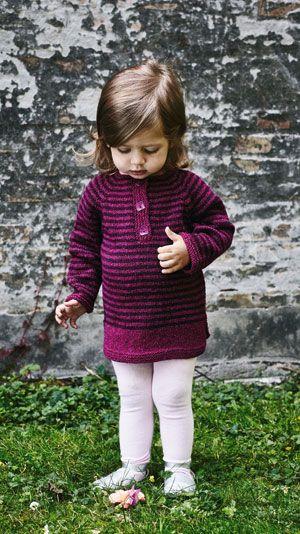 Den bløde, strikkede tunika er mere praktisk til de små piger end en kjole, da den giver fuld bevægelsesfrihed. Sæt tunikaen sammen med et par gamacher og så har du et fint sæt til din lille pige.