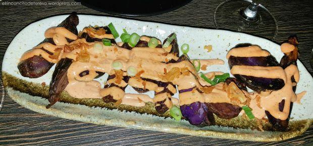 Patatas bravas moradas en Sasha Barcelona. Original y deliciosa tapa para empezar una cena romántica.